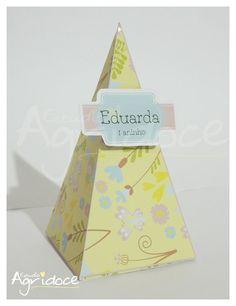 Cone para colocar doces, salgadinhos, petiscos. <br>Enviamos lacre para fechar o cone. <br>Feito no papel fotográfico brilhante 220g a prova d'água. <br>Tamanho: 13 x 6,5 x 6,5 cm. <br> <br>Consulte-nos para outros temas e cores.