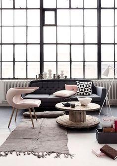 decoração sala de estar no estilo industrial com cadeira vintage rosa, sofá cinza, aajanela ampla