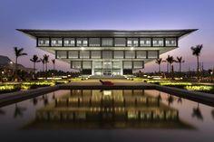 美しい。ヴェトナムはハノイにある博物館、まるで逆ピラミッドですね。こういうのをみると建築の素晴らしさを再確認します。なんでもできるんだな、と...