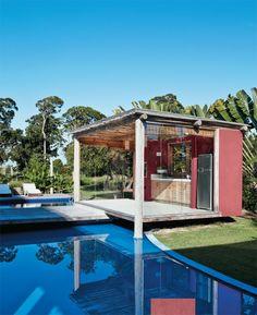 Casa modular al sur de Bahia conectada por pérgolas y espejos de agua