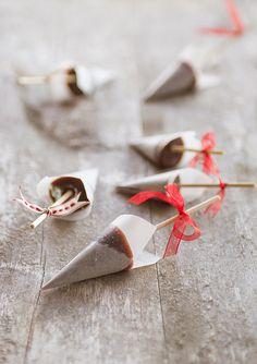 Chocolate butterscotch lollipops. (Chokladknäckklubbor.)
