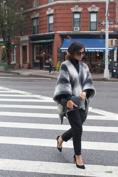 El año pasado fue una novedad y este es una de las tendencias más fuertes: ponchos, chalinas y capas son lo top del momento y en invierno le vas a poder sacar mucho provecho. Sin embargo, al tratarse de una prenda a la que no estamos acostumbradas, muchas dudan sobre como combinarla. Para que te…