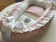 Annons på Tradera: Nytt Babynest dimrosa/vit mönstrad, nappficka, platt kudde och ugglemotiv
