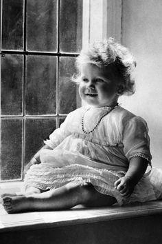 """historium: """"Princess Elizabeth of York (now Queen Elizabeth II) Circa 1927 """" Queen Elizabeth Photos, Elizabeth Of York, Princess Elizabeth, Princess Margaret, Princess Diana, Reine Victoria, Queen Victoria, Royal Queen, Queen Mary"""