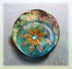Broche01 un de mes fameux boutons tchèques, sorti de ma collection et posé sur la nacre irisée d'un très grand bouton en coquillage. Création BalCat