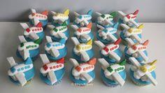 Leuke jongens cupcakes met vliegtuig plane
