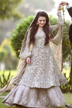 Check the latest collection of bridal Barat dresses 2020 for the wedding day with Pictures. Find the best designers Barat bridal dresses available in the market and new trends for brides wear and colour combinations Latest Bridal Dresses, Bridal Mehndi Dresses, Walima Dress, Bridal Dress Design, Pakistani Bridal Makeup, Pakistani Wedding Outfits, Pakistani Dresses, Indian Dresses, Bridal Lehenga