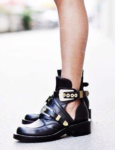 En été, on n hésite pas à porter ses boots sans chaussettes (boots  Balenciaga) Plus. Space caillou · SHOES 2f30dabd3e6e