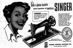 """Propaganda da Máquina de Costura Singer em 1952. - """"Vale a pena insistir para ganhar a legítima Singer. Não se deixe enganar por vendedores que oferecem máquinas de costurar fabricadas no Japão, com os nomes mais variados (às vezes, parecidos com o nome Singer), como se fossem fabricados pela Singer naquele país."""