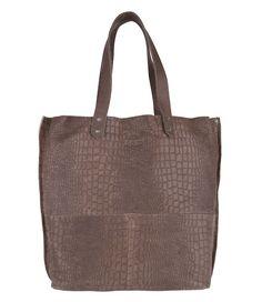 De Grocery Lining Large Sack van Shabbies is een elegante damestas. Door de uitvoering in hoogwaardig cayman leer is de tas een klassiek model in een nieuw jasje. (€289,95)
