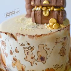 Treasure Island Cake This cake for a fan or pirates of the caribbean. A little desert island, with a treasure chest, a palm tree and a map...