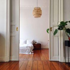 Una lunga storia che ci raccontano le assi in legno antico // welche Geschichte hat dieser Altholzboden wohl zu erzählen? Bedroom Carpet, Home Bedroom, Interior Architecture, Interior And Exterior, Diy Kitchen Shelves, Interior Design Inspiration, Decoration, Home Furniture, Beautiful Homes