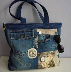 Kabelka - Džíny,bavlna,krajky Originální autorská kabelka je ušitá z džínoviny, kombinované s bavlnou, zdobená prošíváním a krajkami. Základ kabelky je ze tří vrstev ( džínovina,ronolín,podšívka) spou proquiltovaných. Přední stranu zdobí dvě funkční kapsy a crazy patchwork.. Dno, zadní díl a ucha jsou z nové, tmavomodré džínoviny. Uvnitř na další ...