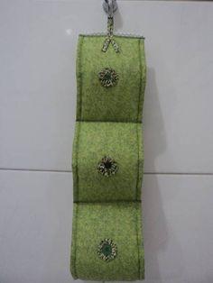 Porta Papel Higiênico feito de tecido algodão,manta,aplicações de flor de fuxico. Comporta 3 papeis higiênicos. Tecido estampado na parte interna. R$25,20