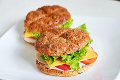 Lowcarb tvarohové housky – Deník malé požitkářky Salmon Burgers, Low Carb, Ethnic Recipes, Food, Diet, Essen, Meals, Yemek, Eten