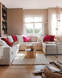 """Con un sofá en U no necesitas butacas para """"cerrar"""" un conjunto de piezas de asiento y crear un espacio confortable en el que reunirse a charlar o descansar. Como las dimensiones del sofá son grandes, acompáñalo con auxiliares ligeros, como piezas estilizadas de metal y madera, o lámparas finas como la de pie compuesta de focos."""