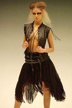 Alexander McQueen Parigi - Spring Summer 2003 Ready-To-Wear - Shows - Vogue. Alexander Mcqueen Savage Beauty, Become A Fashion Designer, Alexander The Great, Fashion Photo, Ready To Wear, Vogue, My Style, How To Wear, Fashion Trends