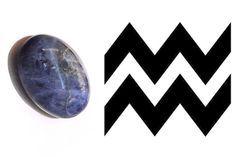 Aquário: Sodalita SIGNOS Sábios e sensatos,  aquarianos têm muito o que usufruir dessa pedra, pois ela, assim como a opalina, estimula a criatividade.