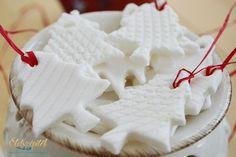 Szódabikarbóna, búzakeményítő és víz felhasználásával egyedi karácsonyfadíszeket készíthetünk. Ha foszforeszkálópigmentport vagy homokot keverünk a masszába, a díszek sötétben világítanak, ha néhány