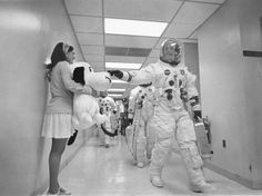 Apollo 10 commander Tom Stafford pats the nose of a giant stuffed Snoopy prior to launch. 1969. B9xVcnQIIAAThWQ.jpg:large (1023×764)