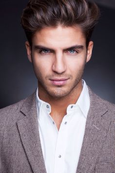 ((FC::Maxi Iglesias)) Hola, my name is Jorge and I am Mariella's uncle and the King of España. I am very excited to see my niece find love, and I hope she becomes happy, too. Come talk to me if you need anything.