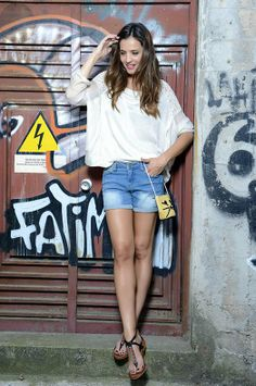 BÁSICOS SOFISTICADOS Blusa de A Collection, shorts de Vero Moda, sandalias de Pikolinos y bolso de Kling.