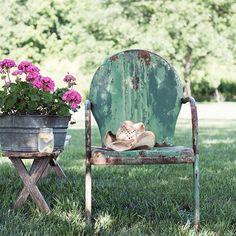 Flea market finds for a summer garden Rustic Gardens, Outdoor Gardens, Turquoise Cottage, Flea Market Gardening, Vintage Garden Decor, Vintage Gardening, Lawn Furniture, Outdoor Furniture, Vintage Chairs