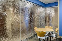 装飾ガラス施工事例。病院パーテーション/ディレクショナル・テクスチャー「ミラージュ」