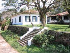 Casa de fazenda no Brasil Sims Building, Building A House, Filipino Architecture, Rural House, Hacienda Style, Plantation Homes, Mediterranean Homes, House On A Hill, Spanish Colonial