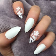 Manucure tendance automne hiver 2018 Vernis à ongles blanc et nail art fleur, facile à faire. Manicure trend fall winter 2018 White nail polish and nail art flower, easy to make. White Nail Designs, Colorful Nail Designs, Nail Art Designs, White Nails With Design, Nail Designs For Summer, Unique Nail Designs, Classy Nail Designs, Floral Designs, Cute Acrylic Nails