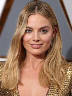Margot Robbie Oscars 2016 makeup (Laura Mercier Velour Lovers Lip Colour in 'Sensual')