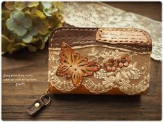 *(黄茶)革のお花と蝶とレースいっぱいの乙女なコインケース Leather Art, Leather Design, Leather Jewelry, Leather Purses, Leather Wallet, Leather Bags Handmade, Handmade Bags, Leather Tutorial, Leather Scraps