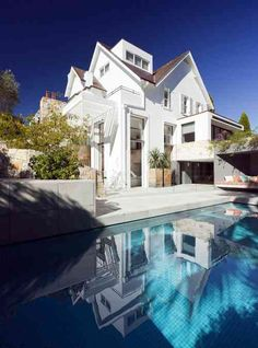 déco contemporaine de terrasse avec piscine