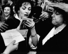 Gina Lollobrigida signs autographs in front of New York's old Metropolitan Opera House. 1958 © Bill Ray