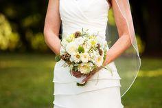 bukiet ślubny: chryzantema, róża, dalia, drakierw, jaskier, paproć, trachelium