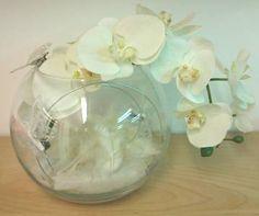 Vase boule orchidée et plumes