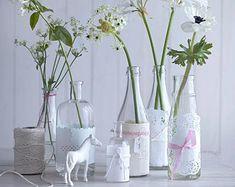 Schöne Tischdeko mit Blumen sorgt für romantische Stimmung und gehört bei der Hochzeit einfach dazu. Wir mögen es verspielt und kreativ: Einzelne Blüten -...