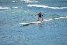 Kein Ort könnte sich besser eignen, mit dem Surfen anzufangen als Hawaii: Die besten Surfspots für Anfänger gibts im Hawaii-Surf-Guide. Jetzt lesen!