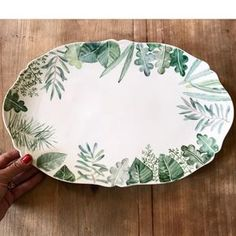 Mix of greens. Con esta fuente ya no tienes que decorar! Ceramic Spoons, Ceramic Tableware, Ceramic Clay, Ceramic Painting, Porcelain Ceramics, Fine Porcelain, Porcelain Jewelry, Porcelain Doll, Hand Painted Pottery