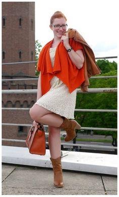 Оранжевый кардиган, бежевое платье, коричневая сумка, коричневые ботильоны