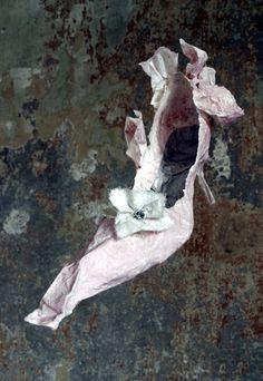 Paper Shoe by Violise Lunn Paper Shoes, Paper Clothes, Paper Dresses, Sculpture Textile, Magic Shoes, Fairy Shoes, Art Beat, Shoe Crafts, Paper Fashion