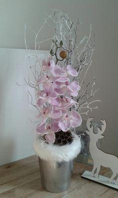 Vánoční+orchidej+v+kožíšku+Vánoční+aranžmá+s+orchidejí,zasněženou+větvi+atd.+Výška+dekorace+54cm,délka+19cm,šířka+16cm. Japanese Water Gardens, Clay Pot People, Red Orchids, Kids Clay, December 22, Gladiolus, Clay Pots, Vase, Home Decor