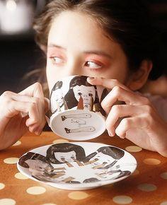 日本画家・十一(トヲイチ)さんとのコラボアイテム。 十一さんが描いた号泣少女の絵柄のポットでティータイムも楽しくなります♪    【素材】陶器 【サイズ】ONE SIZE 【モデル】琉花 T165 B78 W58 H87