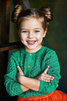 ▷ 1001 + hermosos peinados para que las chicas peinen - Doble moño, cárdigan verde y falda de tul rojo, linda chica con ojos azules y cabello rubio oscuro - Little Girl Hairstyles, Pretty Hairstyles, Child Hairstyles, Teenage Hairstyles, Simple Hairstyles, Simple Hairdos, Hairstyles 2016, Braid Hairstyles, Natural Hairstyles