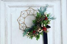 himmeli xmas wreath ヒンメリ(himmeli)は フィンランドの伝統的なヨウルの装飾品でその語源はスウェーデン語のhimmel(天) 光のモビールとも呼ばれるそう 幾何学的な多面体は 確かに光というか 宇宙みたいなものを 感じます #himmeli #wreathsofinstagram #christmas #xmas #xmasdeco #flowerarrangement #プレゼント #クリスマス準備 #北欧雑貨 #クリスマスツリー #weddingtrends #christmasgift #xmas #結婚式 #結婚式準備 #北欧インテリア #北欧 #wreath #red #花のある暮らし #wedding #flowerarrangement #リース #ドライフラワー #全国のプレ花嫁さんと繋がりたい #クリスマスリース #クリスマス #写真撮ってる人と繋がりたい #creema新作 Xmas Wreaths, Wedding Trends, Flower Arrangements, Crafty, Holiday Decor, Flowers, Home Decor, Holidays, Architecture