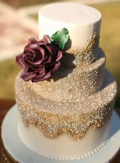 Hochzeitsthemen 30 Stylish Gold Polishes For Your Fall Wedding A Gold Glitter Wedding Cake With A Cr Sparkle Wedding Cakes, Gold Glitter Wedding, Wedding Cake Roses, Fall Wedding Cakes, Wedding Cake Designs, Gold Sparkle, Sparkle Cake, Glitter Cake, Gold Sequins