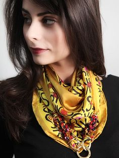 Foulard Ken Scott senape   Foulard 100% seta firmato KEN SCOTT con catena dorata e moschettone in ottone placcato oro.  #gioielli #foulard #collane #seta #madeinitaly #puglia