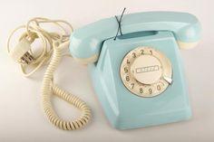 Vaaleansininen lankapuhelinverkossa käytössä ollut pöytäpuhelin, jossa on pyöritettävä valintalevy.