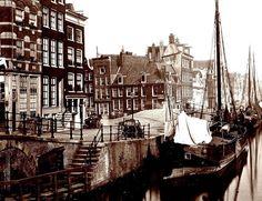 Amsterdam De hoek Brouwersgracht Prinsengracht metlinks in beeld de brug over de dan nog ongedempte Lindengracht in 1908.