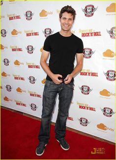 Andrew Lloyd Seeley ou Drew Seeley est un acteur et chanteur canadien, né le 30 avril 1982, à Ottawa Ontario (Canada).
